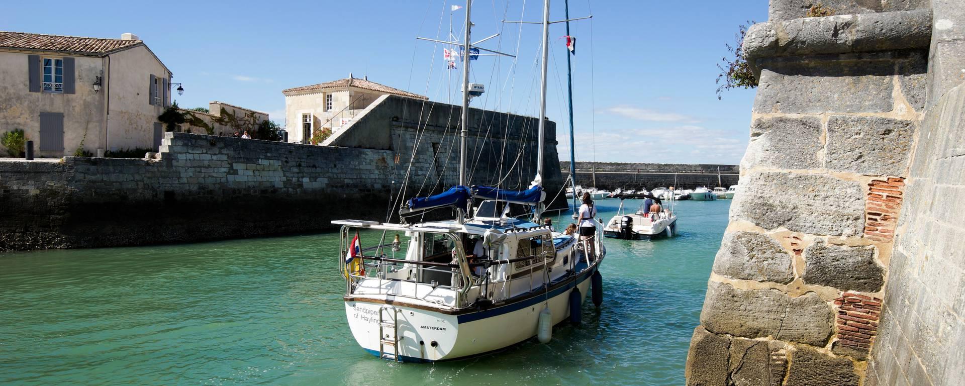 Bateau sur le port de Saint-Martin-de-Ré par Yann Werdefroy