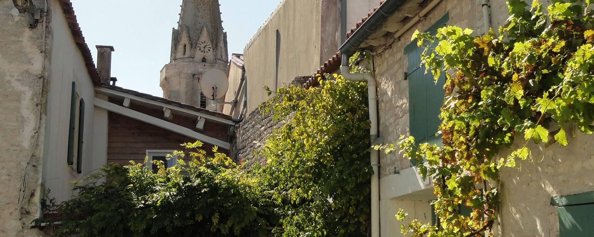 Clocher du village de Sainte-Marie-de-Ré côté Rue-du-carreau