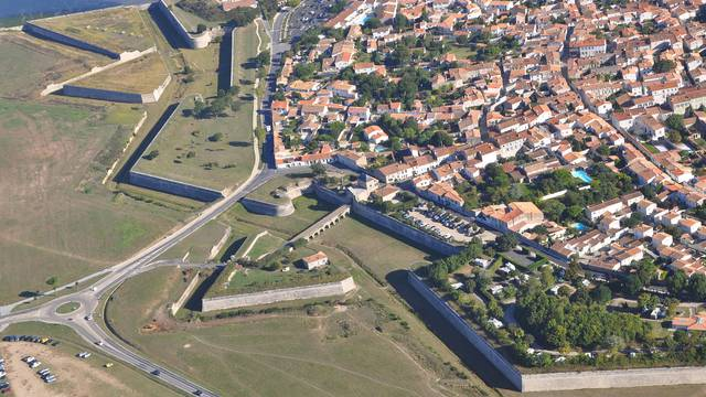 Aerial view of the fortifications of Saint-Martin-de-Ré ©