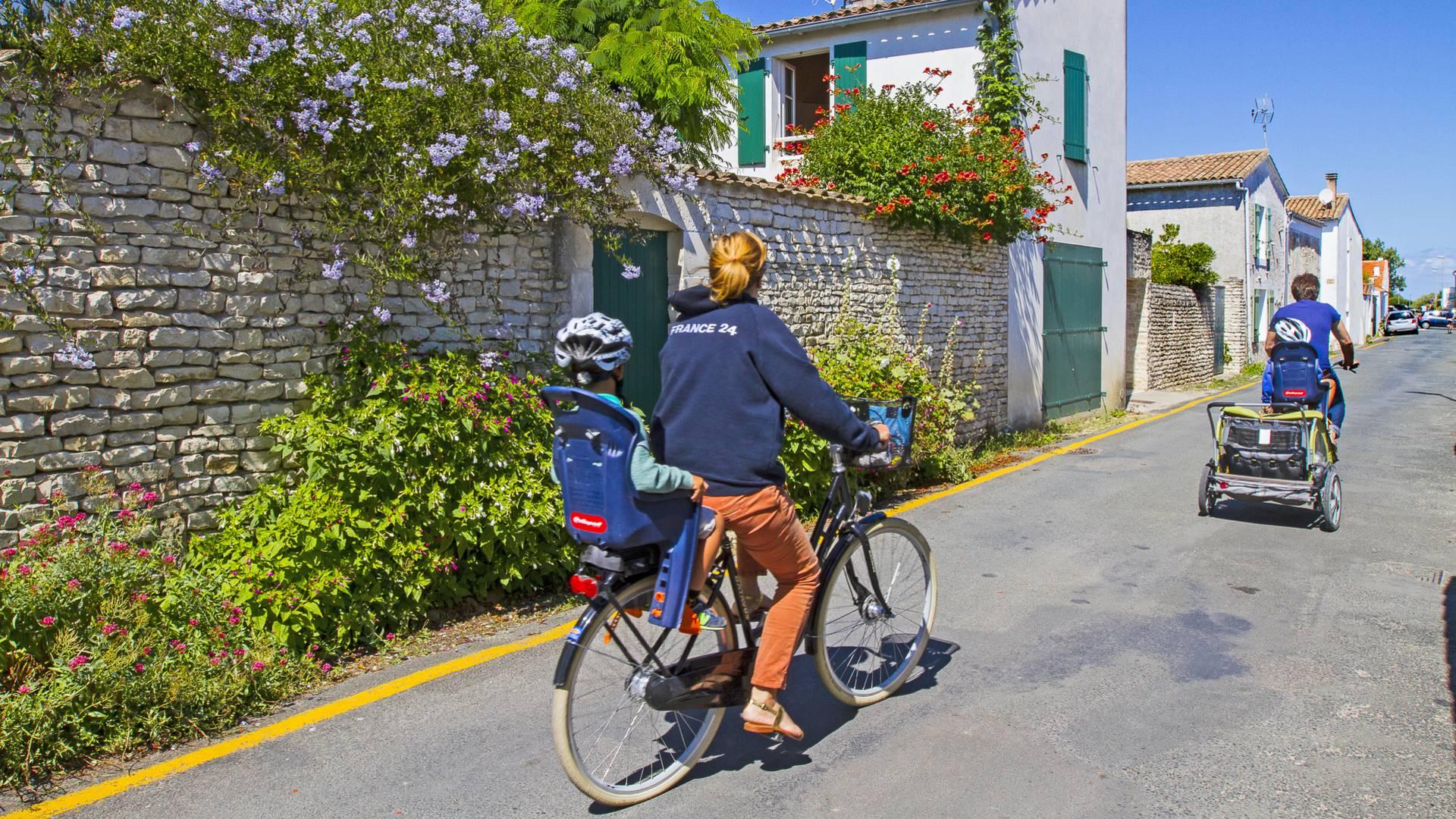 Family bike ride by François Blanchard